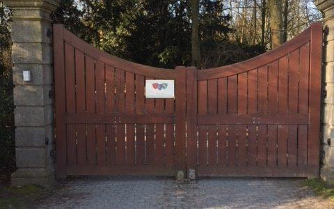Automatische poort aan de uitgang .